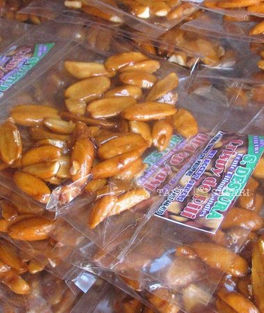 Pili nuts coated with caramelized sugar