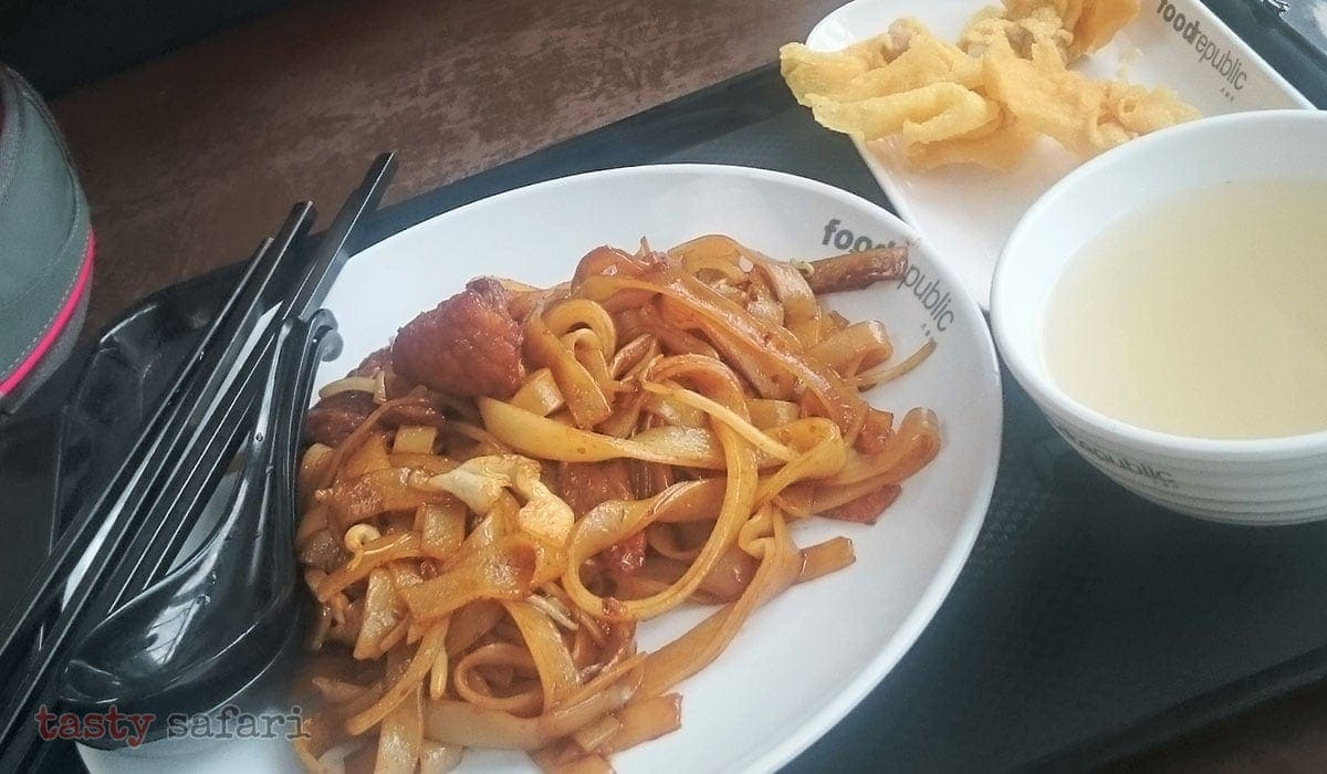 Beef chow fun, fried dumplings and soup at Citygate Food Republic