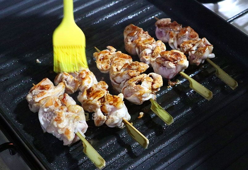 Easy yakitori recipe, step 2: brush the chicken with tare repeatedly