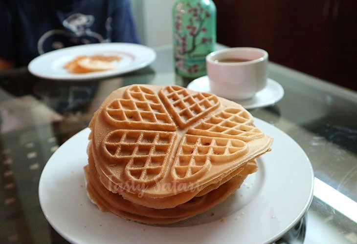 I never did learn what the thin crispy waffles are called in Vietnamese.