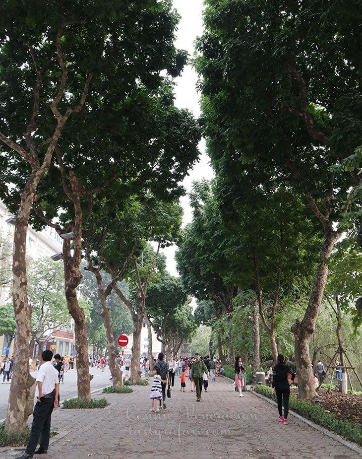 The promenade surrounding Hoan Kiem Lake