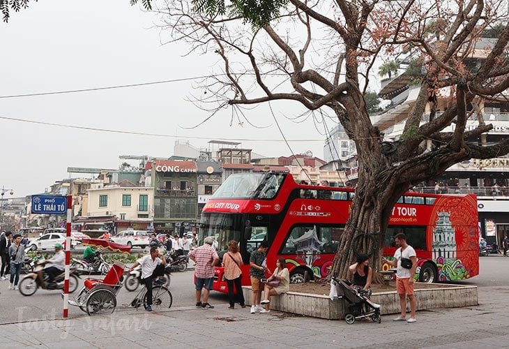The Hanoi Hop-on-hop-off Bus follows a schedule. The ticket, the website and brochure say the same thing. But there was this white guy who didn't want to wait and wanted the schedule altered.