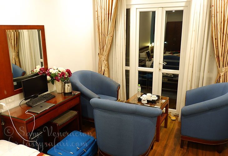 Hanoi View 2 Hotel Deluxe Room with twin beds and balcony with view (sitting area)