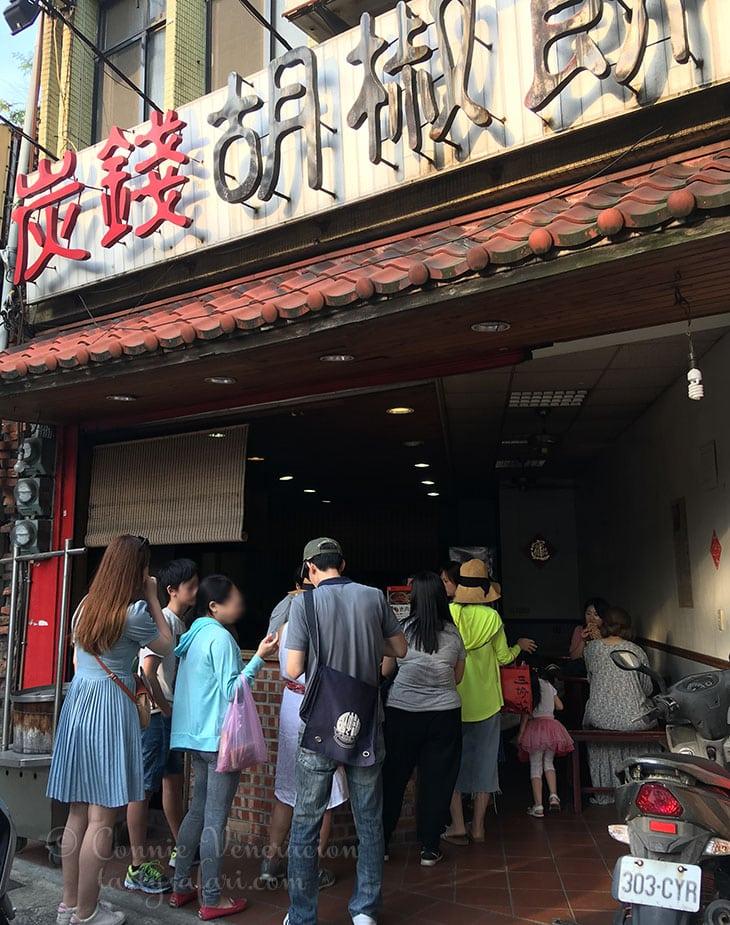 Queue to pork bun store, Tamsui