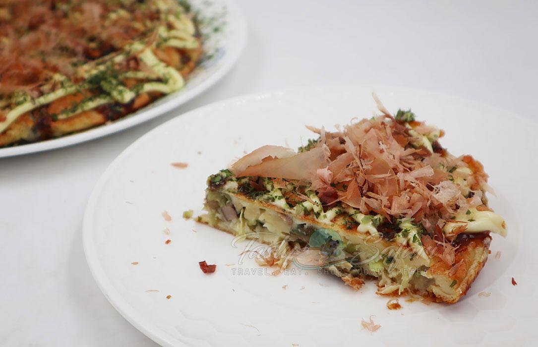 Katsuobushi-topped okonomiyaki