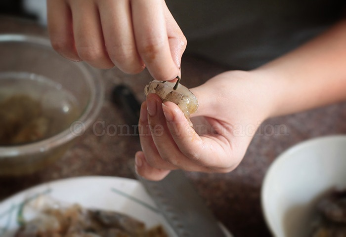 How to Clean, Peel and Devein Shrimp and Prawn: pulling out the black thread (vein)