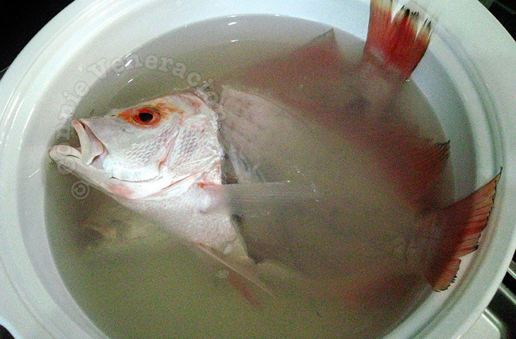Boiling fish head and bones to make broth