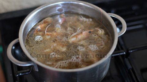 Boiling shrimp/prawn heads and shells to make broth