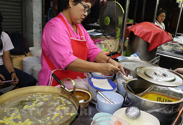 Bua loy (sticky rice balls and taro in coconut milk) hawker in Chiang Mai