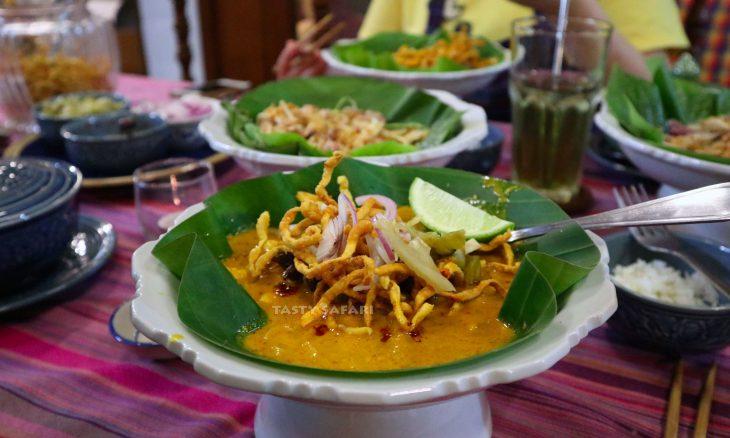 Khao soi (Thai chicken curry noodle soup)
