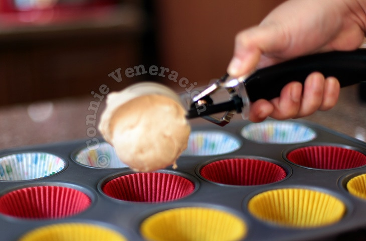 Using ice cream scoop to make uniform-sized cupcakes