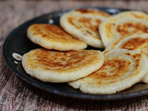 Hoddeok (hotteok), Korean pancakes, arranged in a plate