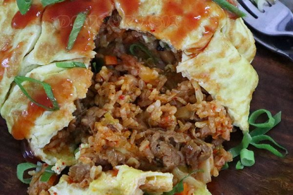 Kimchi omurice (Korean omelet rice with kimchi fried rice)