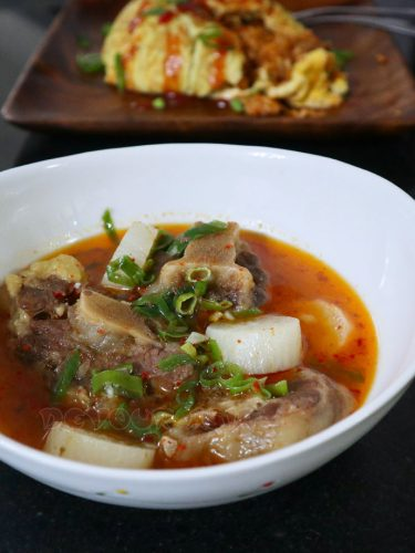 Korean oxtail soup (sokkoritang)