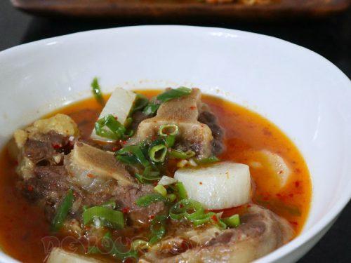 Korean oxtail soup (sokkoritang)