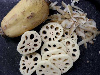 Lotus root: whole (unpeeled) and sliced (peeled)