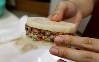Stuffing lotus root with ground pork and vegetables