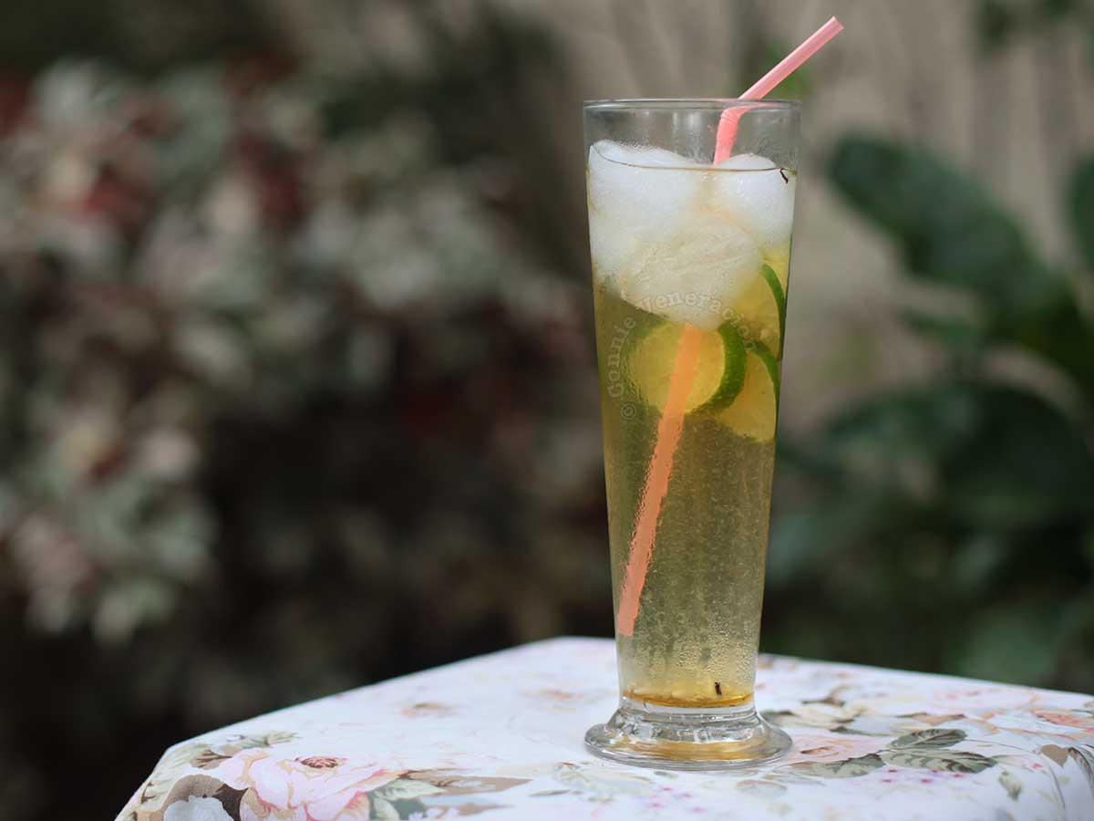 Iced jasmine tea with sliced of lime
